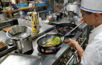 中華料理長の張さん、大忙しです!
